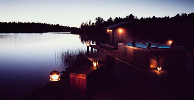 Nere vid båthuset vid Mälaren finns det bubbelpool, vedeldad bastu och en öppen vak för vinterbadsentusiasterna.